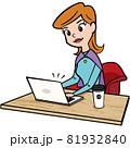 アメコミ カフェでリモートワークする若い女性 81932840