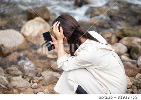 遭難 助けを求める女性 山で遭難する女性 山岳遭難する女性 81933755