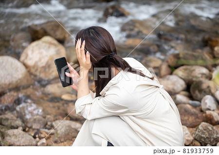 遭難 助けを求める女性 山で遭難する女性 山岳遭難する女性 81933759