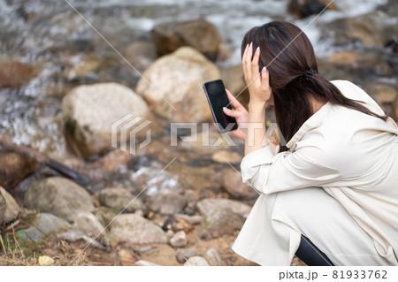 遭難 助けを求める女性 山で遭難する女性 山岳遭難する女性 81933762
