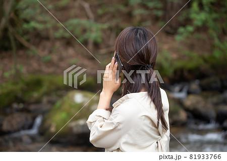 遭難 助けを求める女性 山で遭難する女性 山岳遭難する女性 81933766