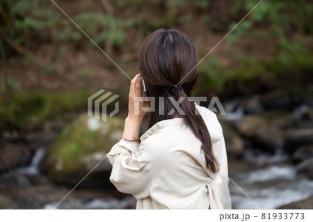 遭難 助けを求める女性 山で遭難する女性 山岳遭難する女性 81933773