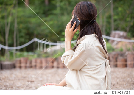 遭難 助けを求める女性 山で遭難する女性 山岳遭難する女性 81933781