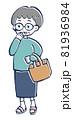 立ち話する中年の女性のイラスト 81936984