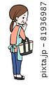 お買い物する中年の女性のイラスト 81936987