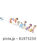 旅行に出かける三世代家族 81973250