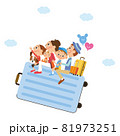 トランクに乗って旅行に出かける家族 81973251