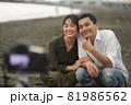 セルフタイマーで写真撮影する夫婦 81986562