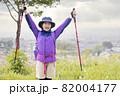 登頂、トレッキングイメージ 小学生女の子 82004177