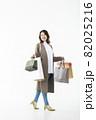 若い女性 買い物 バーゲン セール 白バック 82025216