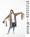 若い女性 買い物 バーゲン セール 白バック 82025218