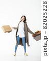 若い女性 買い物 バーゲン セール 白バック 82025228