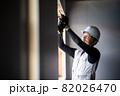 建築現場で働く作業員 作業をする職人  82026470