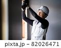 建築現場で働く作業員 作業をする職人  82026471