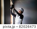 建築現場で働く作業員 作業をする職人  82026473