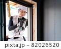 建築現場で働く作業員 作業をする職人  82026520