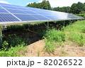 雑草が生い茂った太陽光発電所 82026522
