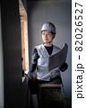 図面を確認する作業員の男性 82026527