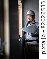 図面を確認する作業員の男性 82026533