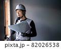 図面を確認する作業員の男性 82026538