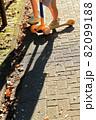 キックボードと少女ふたりの少女の足元からの長い秋の影 82099188