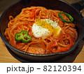 スキレットに盛られ半熟卵ののったナポリタンスパゲティ 82120394