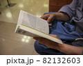 本を読む女性の手 82132603