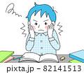 睡魔と闘いながら勉強する男子学生 82141513