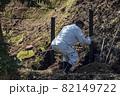 急傾斜地で土砂崩れ対策として土砂防護棚を作る造園業者 82149722