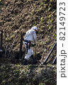 急傾斜地で土砂崩れ対策として土砂防護棚を作る造園業者 82149723