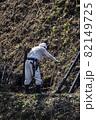 急傾斜地で土砂崩れ対策として土砂防護棚を作る造園業者 82149725