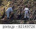 急傾斜地で土砂崩れ対策として土砂防護棚を作る造園業者 82149726