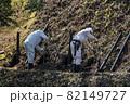 急傾斜地で土砂崩れ対策として土砂防護棚を作る造園業者 82149727