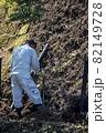 急傾斜地で土砂崩れ対策として土砂防護棚を作る造園業者 82149728