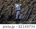 急傾斜地で土砂崩れ対策として土砂防護棚を作る造園業者 82149734