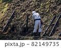 急傾斜地で土砂崩れ対策として土砂防護棚を作る造園業者 82149735
