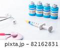 ワクチンと注射器 82162831