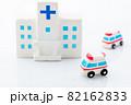 病院と救急車 82162833