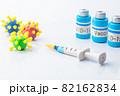 ワクチンと注射器 82162834