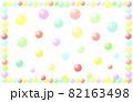 パステルカラーの球体がランダムに配置された背景イラスト。 82163498