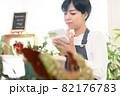 ショップ店員の女性 82176783
