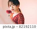 一輪の花と女の子 82192110