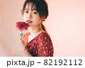 一輪の花と女の子 82192112