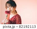 一輪の花と女の子 82192113