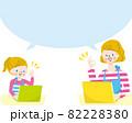 パソコンで勉強する笑顔の白人母親と女の子 82228380