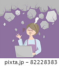 パソコンを見てショックで固ったミドル女性のイラスト 82228383
