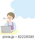 笑顔でパソコン操作をするミドル女性と吹き出し 82228385