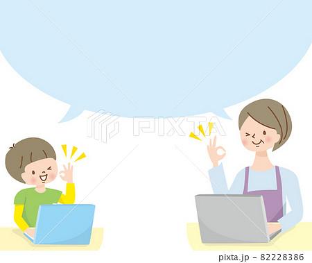 パソコンで勉強する笑顔のミドル女性と男の子 82228386
