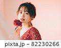 一輪の花と女の子 82230266