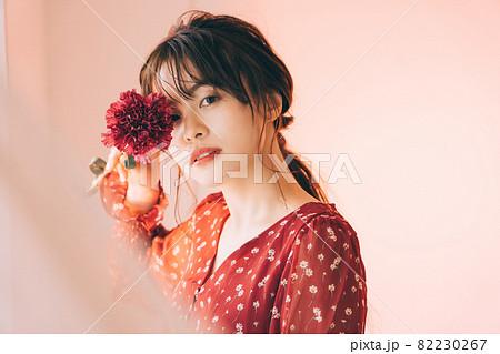 一輪の花と女の子 82230267